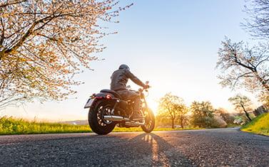 Motorcykel på väg med vårkänslor i solen