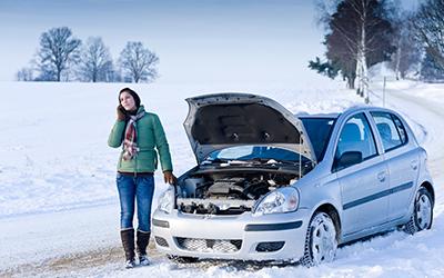 Kvinna som anmäler skada på sin bil på vintern