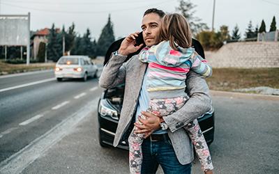 Man som väntar på bärgning med sitt barn